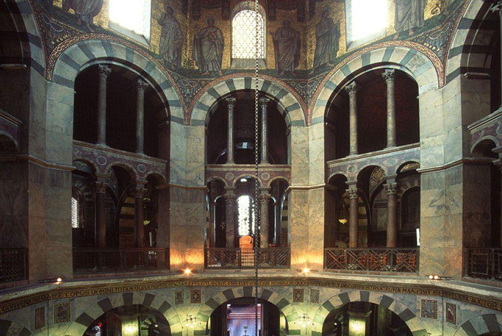 blick auf das sulengitter und den thron der aachener marienkirche in der seit - Karl Der Grose Lebenslauf